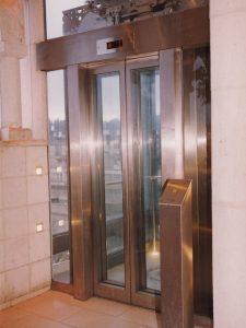 מעלית עם עמוד לחיצה להזמנת המעלית